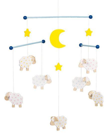 Mit dem Holz-Mobile Schaf von goki ist Einschlafen kein Problem. Die kleinen Schafe begleiten Ihren kleinen Schatz sanft ins Traumland. Das Holz-Mobile Schafe von goki wird Ihr Kind einfach lieben!