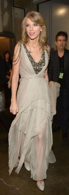A Los Angeles Taylor Swift non si è risparmiata e ha regalato grandissime emozioni sul palco dei Grammy Awards 2014. L'abito? Di Alberta Ferretti.http://www.sfilate.it/218236/taylor-swift-ad-un-passo-dal-premio-dei-grammy-vestita-ferretti