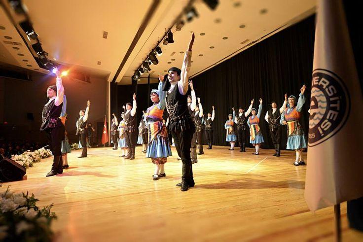 """Törende EÜ Devlet Türk Musikisi Konservatuvarı Türk Halk Oyunları Bölümü Ekin Topluluğu, """"19. Uluslararası Duna (Macaristan) Dans Karnavalı Halk Oyunları Yarışmasında İki Dalda Dünya 1.'liği"""" olan grup muhteşem bir gösteri sergiledi."""