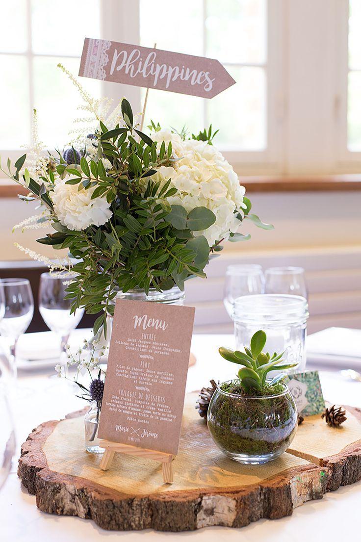 Centre de table fleuri avec un menu – couleur rose poudré – rondin de bois, bou…