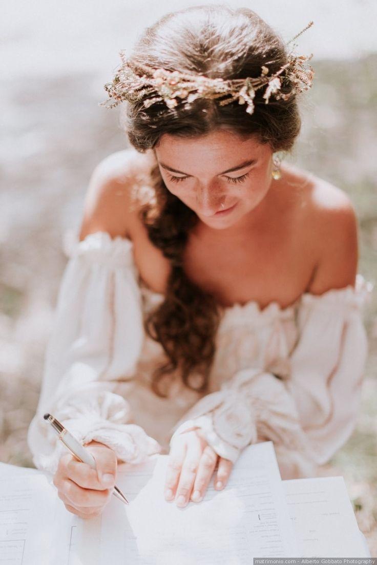 Acconciatura da sposa semiraccolta in una treccia con coroncina di fiori. Se vi sposate d'estate e siete in cerca di idee per acconciature da sposa estive, ecco alcune idee