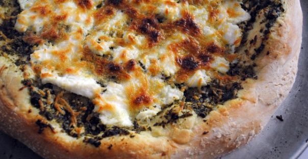 Healthy Lunch Recipe: Pesto Cheese Pizza http://greatist.com/health/cheap-healthy-lunch-dinner-entree-recipes