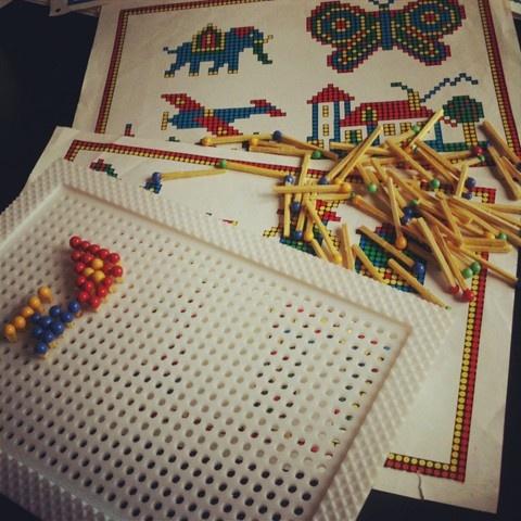 Le Coloredo. les allumettes que l'on glissait dans une grille pour faire des motifs.
