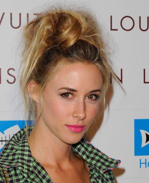 Messy bun +  bright lips camouflage a late night!Messy Tops Buns, Beautiful, Zinser Buns, Pretty Messy, Pink Lips, Colors Lips, Messy Buns, Gillian Zinser, Bright Lips