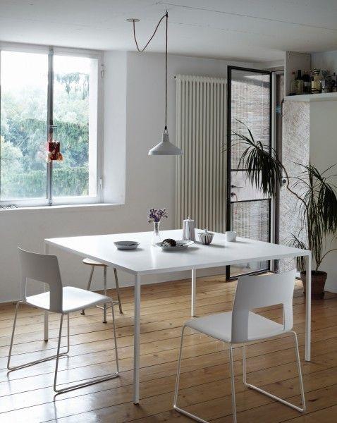 CONTEMPORANEO Il tavolo 25 di Desalto ha il piano spesso 25 mm rivestito in resina acrilica bianca e le gambe (con sezione 25 x 25 mm) in acciaio laccato; la struttura essenziale risulta particolarmente leggera.
