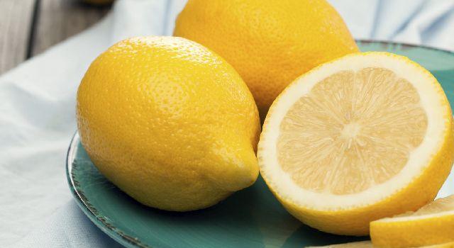 Le jus de citron permet de blanchir naturellement vos dents. Pour avoir les dents blanches, brossez-les deux fois par semaine soit avec nos recettes maison !