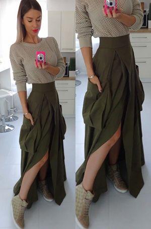 Športovo - elegantná maxi sukňa s vysokým rozparkom v prednej časti a veľkými vreckami po bokoch. Možnosť rozopnutia na zips v zadnej časti.
