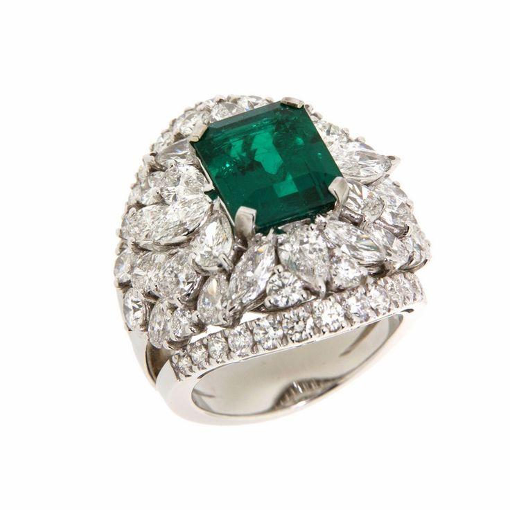 Anello in oro bianco impreziosito con diamanti e smeraldo naturale #curnis #gioielli #jewelry #luxury #diamanti #smeraldi