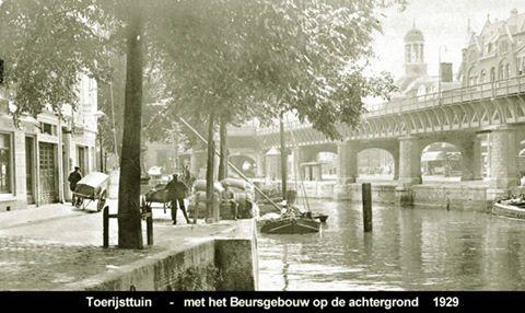 Rotterdam - Open Rijstuin, gezien vanaf het Middensteiger. De Toe Rijstuin lag om de hoek links en is niet zichtbaar vanaf deze plek. De Toe Rijstuin lag het verlengde van de Open Rijstuin en kwam uit op de Hoofdsteeg