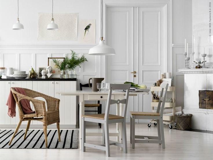 Rotting och trä, inbjudande jordnära material, kompletterar varandra i det moderna rustika köket. INGATORP klaffbord, GAMLEBY stol, AGEN fåtölj och RASKMÖLLE matta.