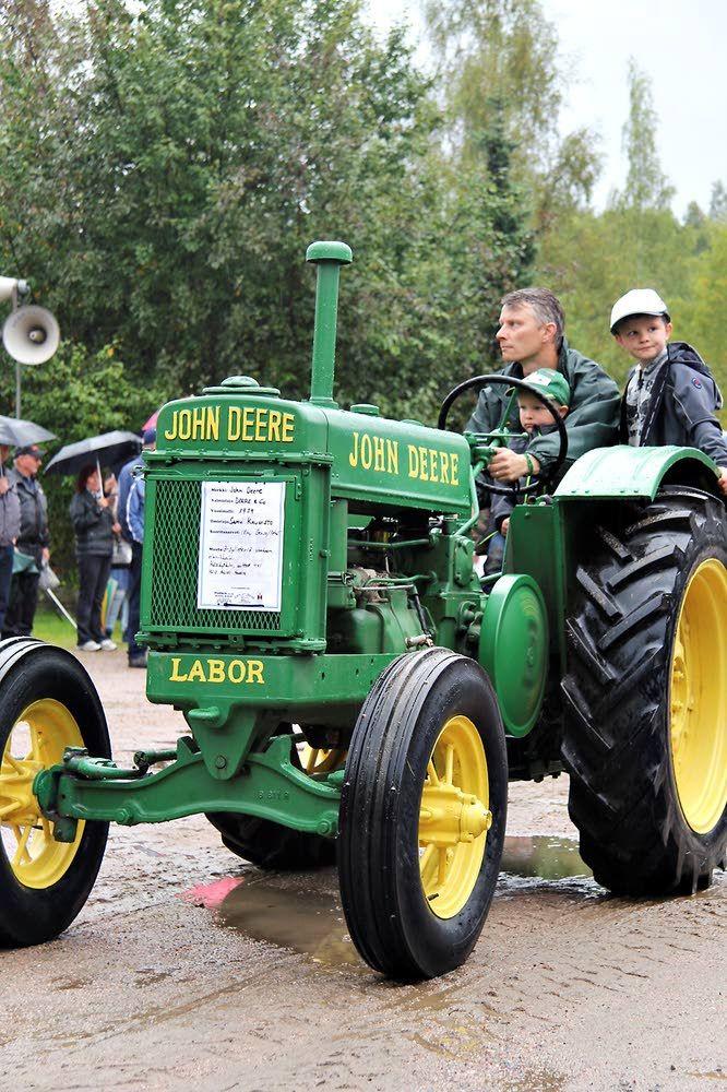 Samu Kaunisto osallistui traktoriparaatiin vuoden 1939 John Deerellä. Rauta ja Petrooli 2015. Kuva: Aamuposti, Pia Hyle