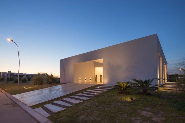 Mirá imágenes de diseños de Casas estilo minimalista: PERSPECTIVA DE FACHADA SUR. Encontrá las mejores fotos para inspirarte y creá tu hogar perfecto.
