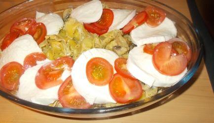 Zalige gevulde tortellini uit het koelvak in een verrukkelijke zachte romige pestosaus met champignons. Hierop gegartineerde buffelmozzarella en tomaat....
