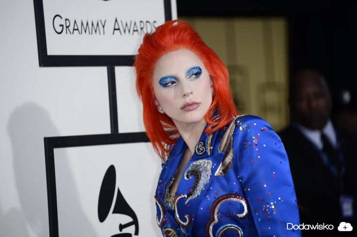 Lady Gaga złożyła hołd niedawno zmarłemu Davidowi Bowiemu wykonując – jak to nazwali recenzenci – psychodeliczny popis wokalno-taneczny. Podczas swego show zaśpiwała fragmenty klasyków Anglika: Space #lady #gaga #dodawisko