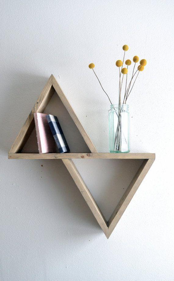 Composé de 2 triangles. (1 à l'endroit, l'autre à l'envers) ensemble attaché.  (Rajout d'étagères ?)