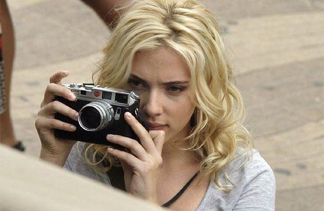 Scarlett Johansson with her Leica M6 Silver    か、かっこいい...