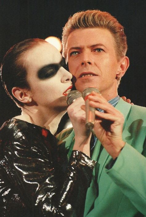 Annie Lennox  David Bowie performing 'Under Pressure' at the Freddie Mercury Tribute, Concert for Life. 1992