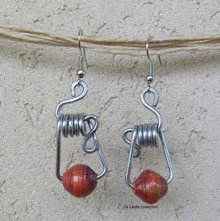 Orecchini wire con perle effetto vetro tecnica quilling.  http://it.artesanum.com/artigianato-orecchino_di_carta__wire-58764.html