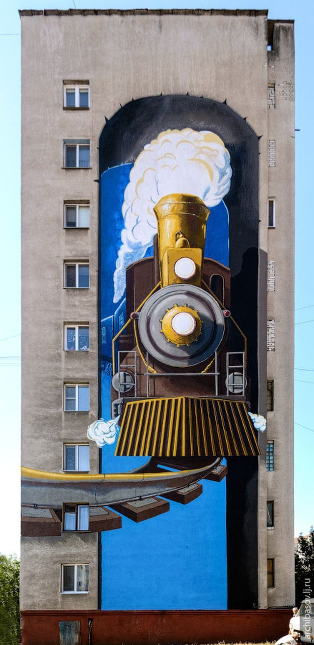 La vieille locomotive traverse... l'immeuble ! / Street art. /  Belgorod. / Russia. / Russie.
