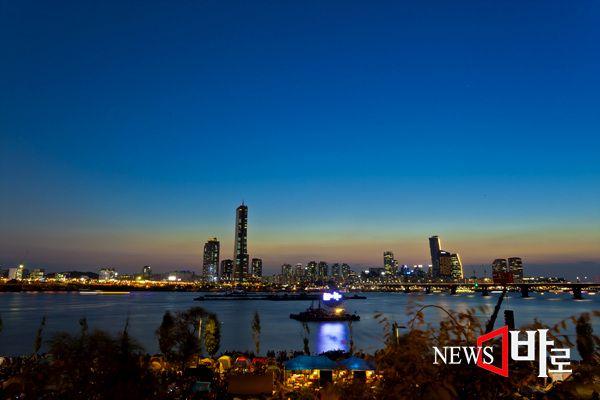 <<2014년 10월4일 여의도 불꽃축제>>  매년 가을, 10월초 한강시민공원(63빌딩 앞)에서는 저녁7시30분부터 2시간 동안 수 만 발의 불꽃이 한강 주변  어두운 하늘을 화려하게 수놓는다. '서울세계불꽃축제'에는 다양한 국가에서 온 불꽃 전문가들이 참가하여 각국의 불꽃을 감상케 한다.  올해는 영국, 중국, 이탈리아, 한국 총 4개국이 참가하였다. 일부 시민들은 불꽃 구경 하기 좋은 자리나 사진을 담기에 좋은 포인트에 전날부터 텐트를 치고 기다리기도 했다. 매년 시민들은 강변북로 도로변 경사진 언덕에 앉아서  사진을 찍거나  불꽃을 감상했다.  2000년에 첫 행사를 시작한 이후 12번째 개최된 '한화와 함께하는 2014 서울세계불꽃축제'는 한화그룹과 서울시가 함께 진행하는 행사로 매년 100만명 이상의 시민이 참여하는 서울의 대표적인 가을축제로 자리잡았다. (서부이촌동 한강고수부지에서   뉴스바로 장덕수 기자  2014.10.6)
