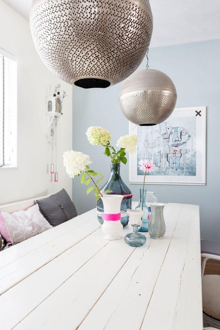 witte-eettafel-dikke-balken kleur muur mooie lampen