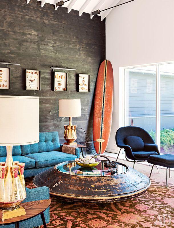 Гостиная. Антикварные настольные лампы из Neo Studio. Ковер, ABC Carpet & Home. Журнальным столиком служит старый деревянный пресс. Кресло сбанкеткой по дизайну ЭроСааринена.