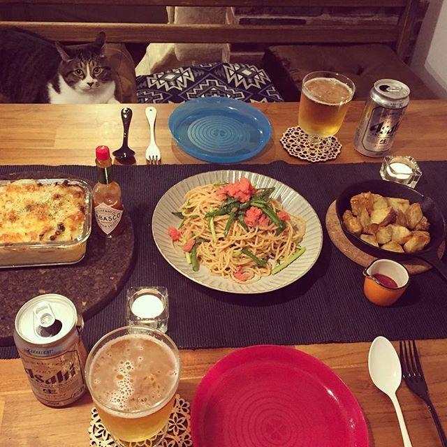 晩ご飯。 鶏と玉ねぎのマカロニグラタン。 青ネギと明太子のパスタ。 ローストポテト。 と着席のぬし。 なんかまたちっこいの増えてるけど。 #cat#cats#catsofinstagram #catstagram #kitty#neco#neko#ねこ#猫#保護猫#愛猫#公園出身#まに記録#保護猫を家族に迎えよう