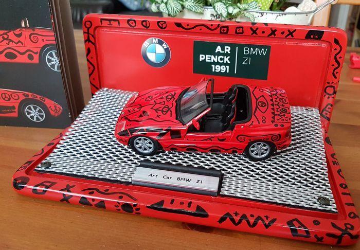 MiniChamps-PMA - schaal 1/24 - BMW Z1 Art Car door A. R. Penk 1991  Zeer mooie zeldzaamheid door BMW Limited Edition.Deze BMW Z1 werd geschilderd door A. R. Penk namens BMW in de loop van een kunsttentoonstelling dit was de 11e auto geschilderd door een kunstenaar.Andere gerenommeerde artiesten zoals Andy Warhol en Roy Lichtenstein hebben gedaan voor hem.Deze Z1 heeft een unieke afwerking en is een eenmalige stuk die niet beschikbaar op de markt is.Het exposé-boekje met de originele foto van…