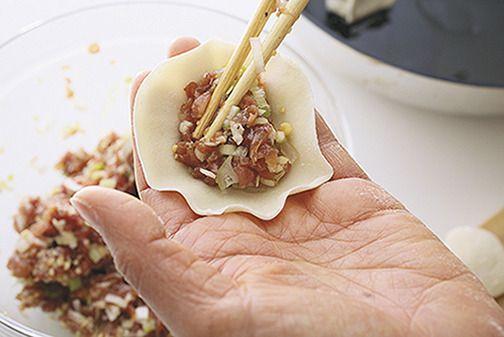 北京生まれの人気料理研究家ウー・ウェンさんに、本当においしい餃子の作り方を教えてもらいました! ちまたではいろんなテクやバリエーションがたくさん出回っていて、それはそれで楽しいですが、ウー・ウェンさんによると「本場の…