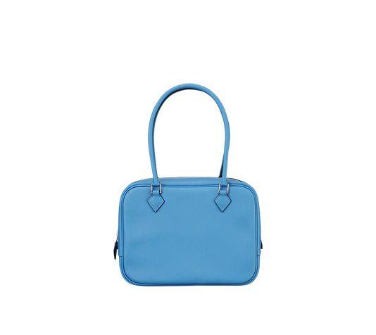 Bolso en ternera Swift, color azul paraíso, adornos en metal plateado paladio, para llevar en la mano o en el brazo. Dimensiones: l. 21 x a. 15 x p. 7,5 cm 3650 €.  Rojo