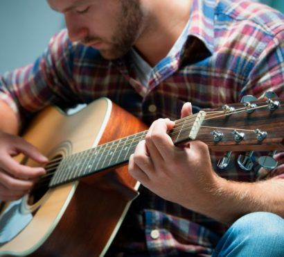12 Beginner Guitar Strumming Patterns As a beginner guitarist the two essentials you need to learn to play songs are chords and strumming patterns. So after learning the basic open string chords what are the strumming patterns that every beginner guitarist needs to know? The following 12 strumming patterns and rhythms enable you to strum your guitar through many songs… Read More