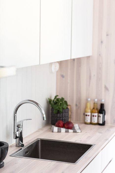 Snickeribyggt kök i modulbyggt sommarhus. www.sommarnojen.se #sommarhus #fritidshus #kök #naturmaterial