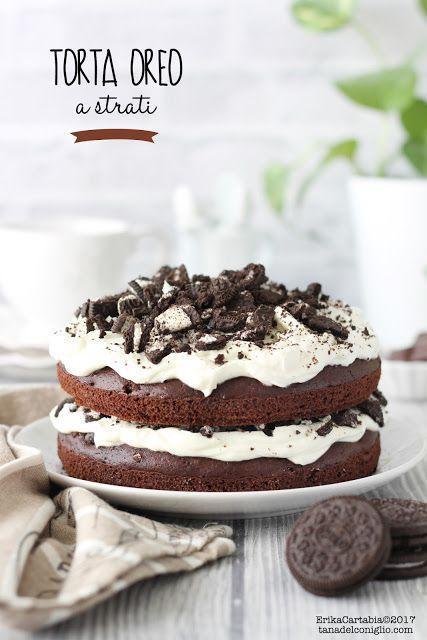 La torta Oreoè un dolce a strati per veri golosi! Due soffici dischi di torta al cacao racchiudono un ripieno cremoso a base di formaggio e tanti croccanti pezzetti di biscotti Oreo. E' un dolce semp