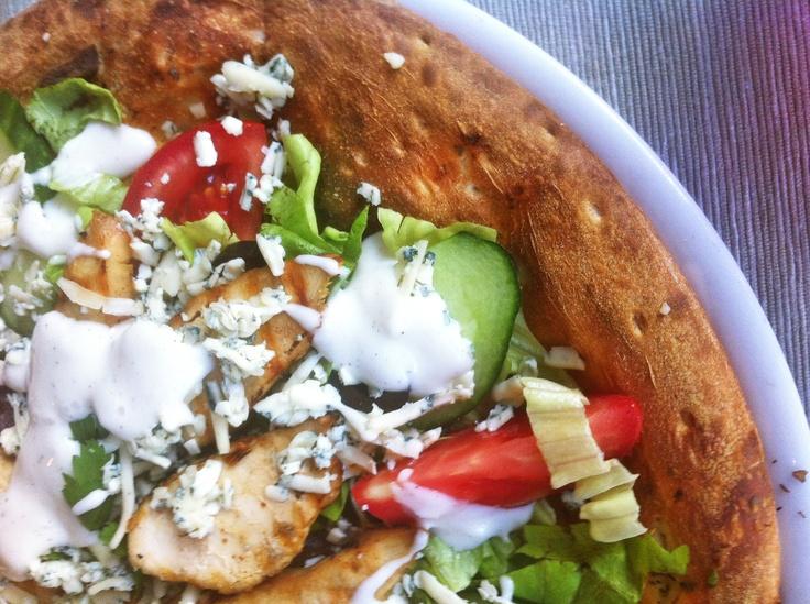 Salata gigant Panzanella cu pui si sos Aioli