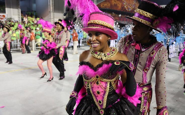 Integrantes da Mocidade Alegre durante o desfile da escola no carnaval de São Paulo