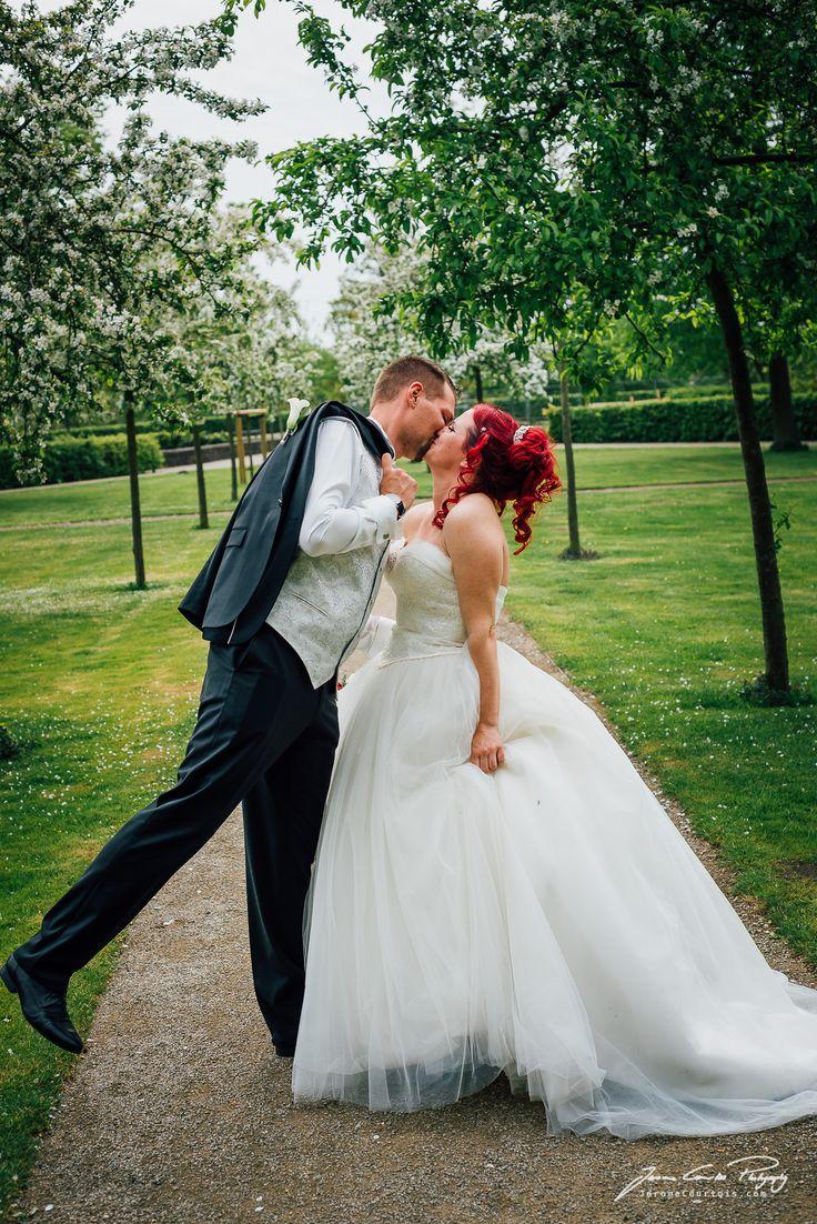 Brautpaar Portraits im Garten vom Schloss Landestrost in Neustadt am Rübenberge - Hochzeitsportraits von Hochzeitsfotograf Jerome Courtois Photography