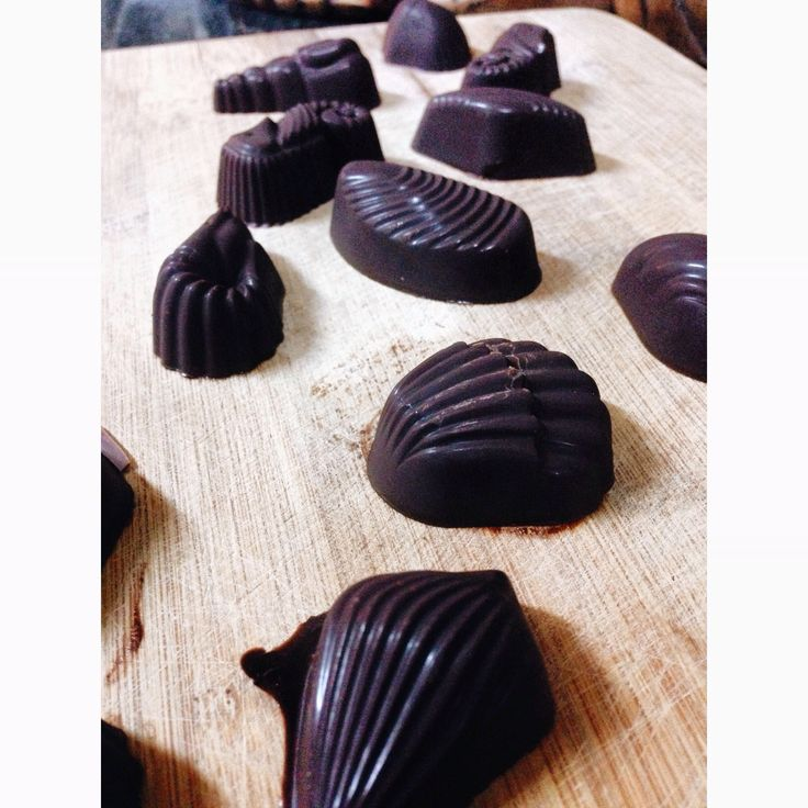 I am making lots of different types of yummy flavoured dark chocolates for a online program, these flavours are -cinnamon&orange, cayenne&salt and peppermint. So yummy..   www.chefcynthialouise.com