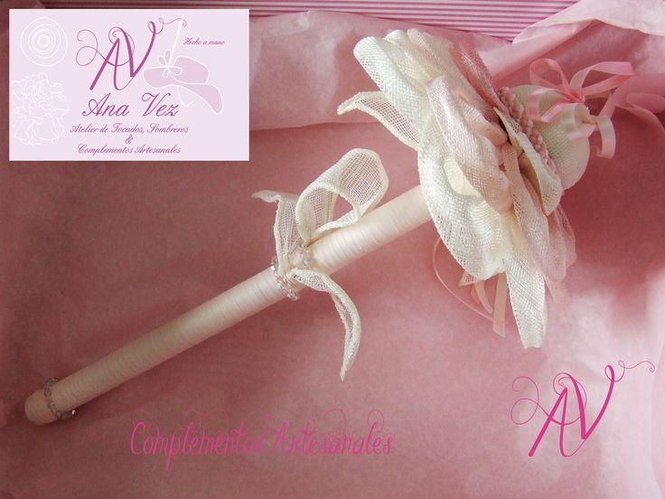Ana Vez Atelier de Tocados, Sombreros & Complementos Artesanales. Porta-anillos realizado en Sinamay en tonos pastel.