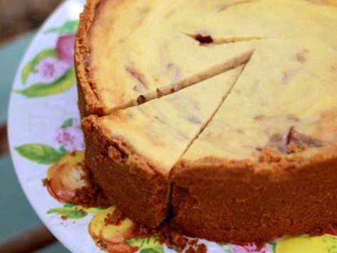 Leilas rabarbercheesecake, en underbar cheesecake fylld med vit choklad och sötsyrlig rabarberkompott.