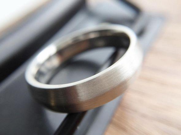 I love the subtlety on this knife edge men's band. #platinum #weddingband #mensweddingband #knifeedge #custom