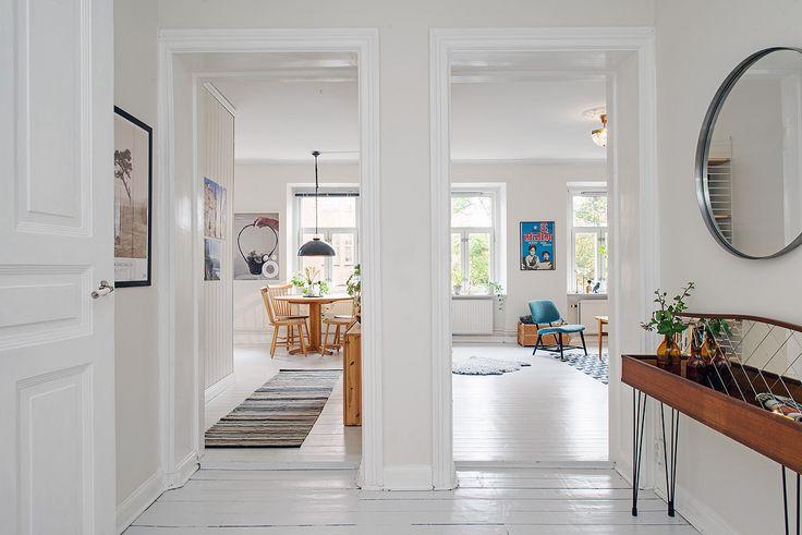 Luftig hall som leder till alla lägenhetens rum