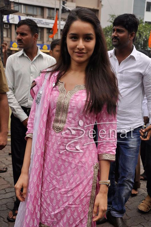 Shraddha Kapoor Salwar Kameez | Bollywood actress Shraddha Kapoor spotted recently in a beautiful pink color salwar kameez. She looked so simple and casual in this cotton outfit, embellished with simple golden lace work and a same pattern patiala bottom.