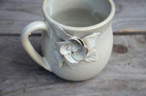Tazza in gres color crema con un fiore di anemone  di lofficina