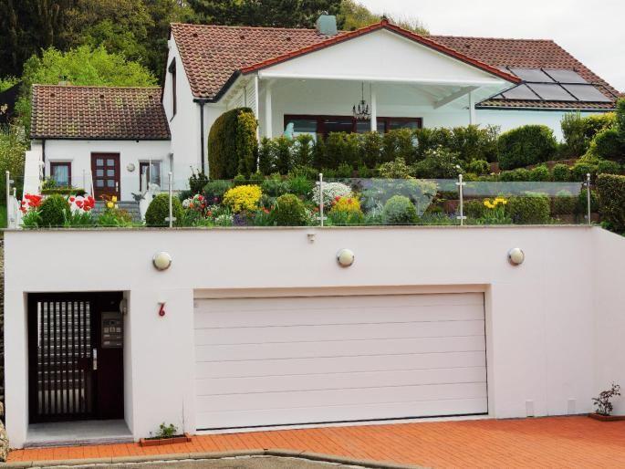 Zugang zur Villa, Doppelgarage und Stellplätze