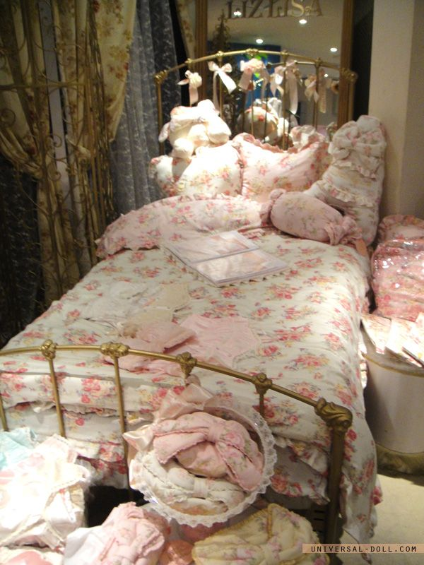 Liz Lisa bedding... I want that bed! ♥.♥