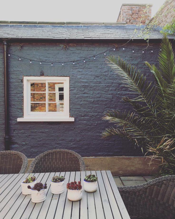 So Joes Away Went To B Q Bought The Paint Painted The Courtyard Wall Ohy Haus Aussenfarben Gestrichene Ziegelwande Ziegel Bemalen