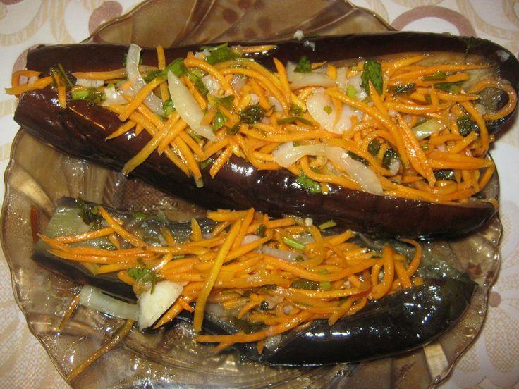КВАШЕННЫЕ БАКЛАЖАНЫ ФАРШИРОВАННЫЕ ОВОЩАМИ НА ЗИМУ РЕЦЕПТ «АТОМНАЯ БОМБА»!!!! ИНГРЕДИЕНТЫ: 3 кг баклажан, 0.5 кг морковки, 2 пучка петрушки, пол стакана очищенного чеснока, 2 большие луковицы, растительное масло, соль по вкусу. РЕЦЕПТ ПРИГОТОВЛЕНИЯ: Баклажаны разрезаем до хвостика и провариваем в соленой воде 5 минут, даем остыть. Когда баклажаны остынут, кладем под гнет на 1 час, …