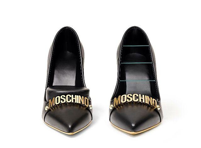 Le scarpe décolleté di pelle nera con tacchi a spillo placcati d'oro che ospitano un pouf e un mobile con 3 mensole portaoggetti, sono una delle idee geniali proposte per la #MilanoDesignWeek2017 da Gufram in collaborazione con Moschino!!!