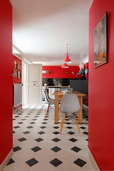 Décoration cuisine moderne : peinture mur rouge et meubles gris anthracite ou clair + carrelage repeint en gris foncé