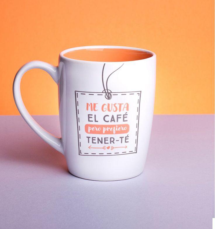 Taza Me gusta el café pero prefiero tenerte (parte trasera), en Decocuit. Las tazas que te proponemos desde nuestra tienda física en Burgos o a través de nuestra tienda on line, son perfectas para regalos para chicos y para chicas. Regalos para amigos, hermanos, compañeros de trabajo, niños... Tenemos más modelos no te pierdas ninguno!